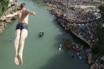 Odlična atmosfera i velika posjeta prvog dana Red Bull Cliff Divinga u Mostaru